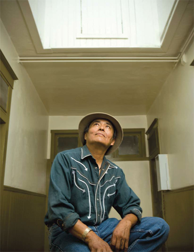 In his latest work, Shonto Begay continues his search for light and glow, both internally and externally.